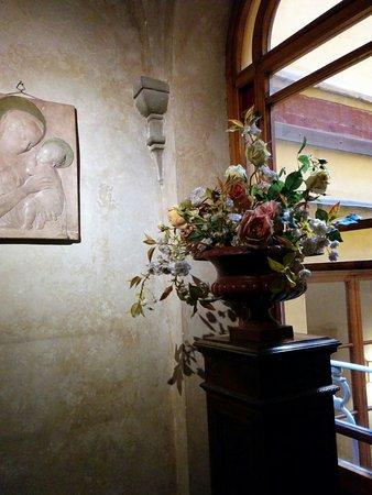 Hotel Loggiato dei Serviti: Corner of the stairway
