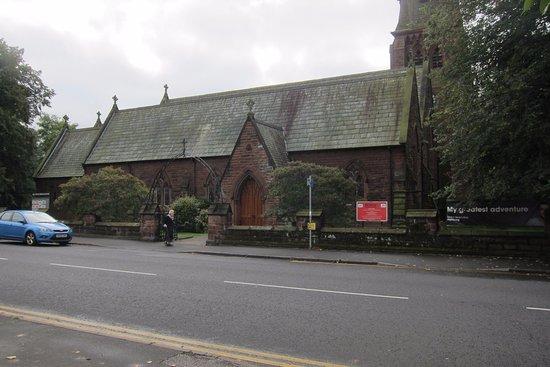 Chester House Guest House: Church across the street