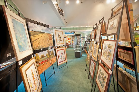 Elk Rapids, มิชิแกน: Twisted Fish Gallery carries paintings, sculptures, jewelry, carvings and more, all original and
