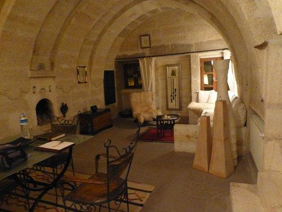 Asmali Cave House : Der obere Wohnraum mit offenem Kamin