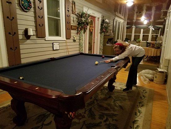 De Smet, Dakota du Sud : Billiards table in the enclosed front porch.