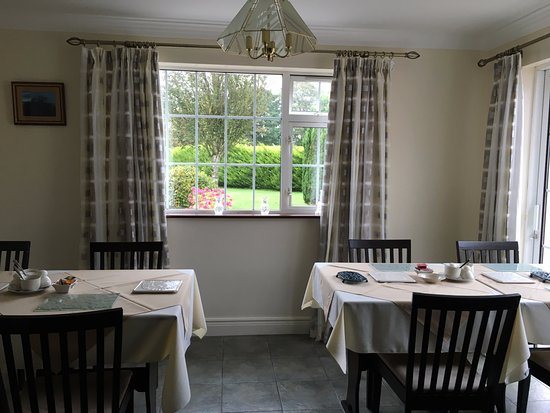 Tir Na Nog Bed & Breakfast: Lovely dining area is shown here