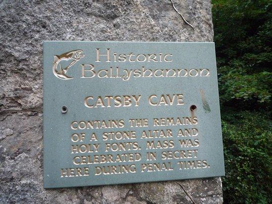 Catsby Cave: insegna