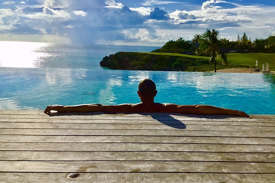 Gregory Town, Eleuthera: The view from the pool...