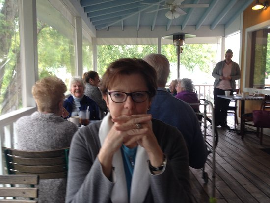 Lake Luzerne, estado de Nueva York: dining on the porch