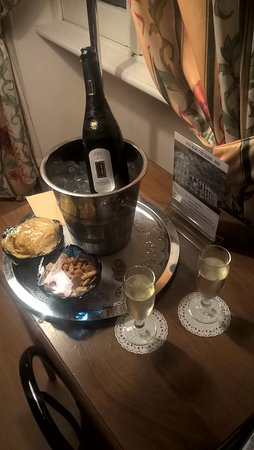 Relais 6: Complementary prosecco in our room.