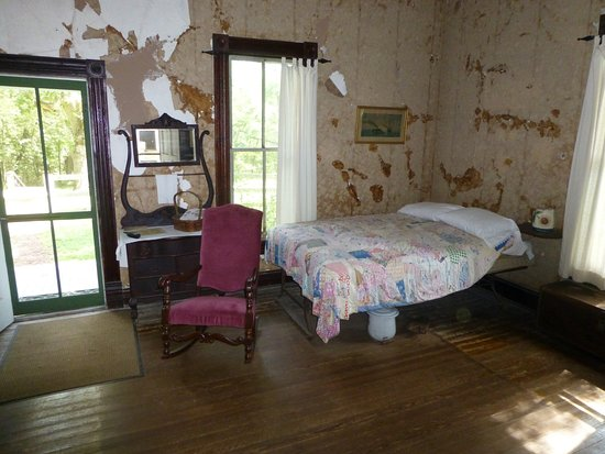 Kearney, MO: Love the original walls and floors.