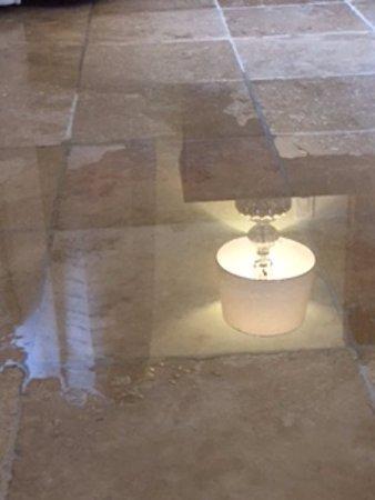 Sandals Emerald Bay Golf, Tennis and Spa Resort: Water leak in room 2202. Building 2.