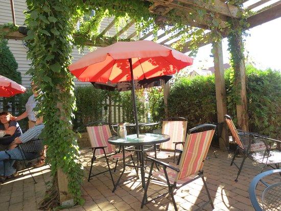 Alma, WI: Al freso dining in the Garden