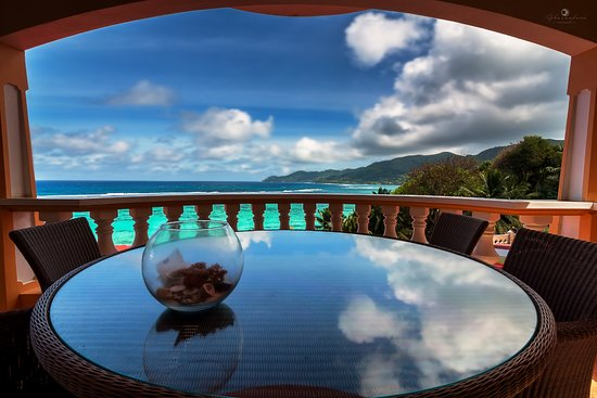 Anse Royale, เซเชลส์: Dining area with balcony and beautiful view..
