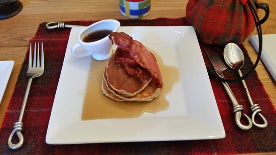 Newtonmore, UK: Banana pancakes with bacon and maple syrup
