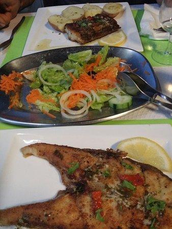 Prazeres, Portugal: Fisch, Salat, Kartoffeln und Wein. .schlicht und so köstlich!