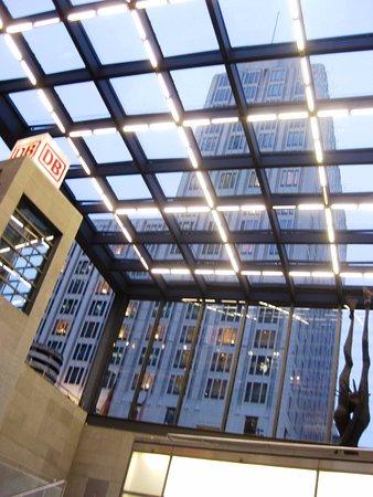 The Ritz-Carlton, Berlin : vista de la torre Hotel Ritz-Carlton desde la escalera de la Bhanhof Potsdamer Platz