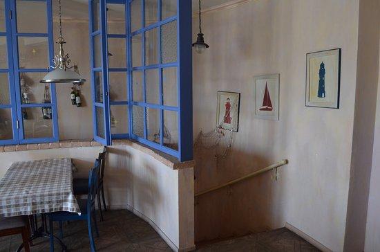 Hotel Marinara: Спуск (лестница) со 2-го этажа ресторана на 1-й