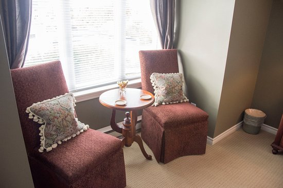 Beacon Inn at Sidney: Small sitting area in the bedroom. Window looks down into the parking lot behind the Inn
