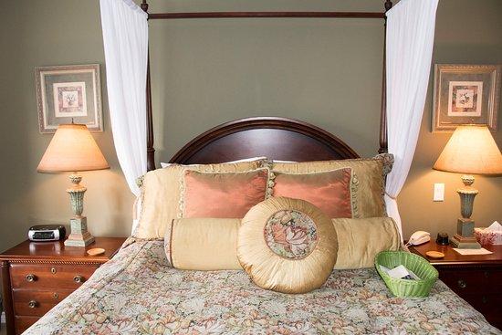 Beacon Inn at Sidney: Lovely bed