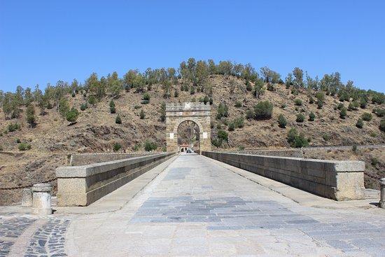 Alcántara, España: Vista frontal mostrando o arco do triunfo