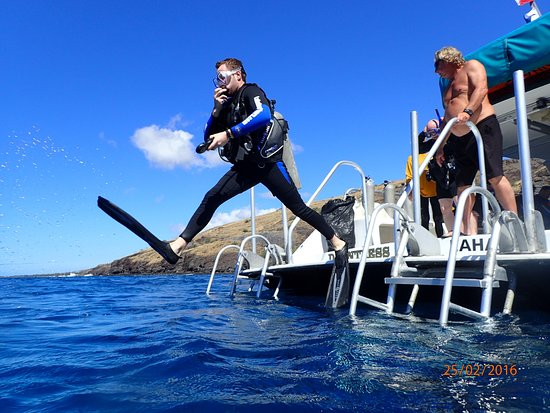 Lahaina Divers: Giant stride, with the captain behind