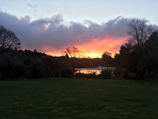 Lake Moeraki, Nowa Zelandia: Sunset view from the River View Room.
