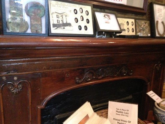 Lotz House Museum: Wood work on fireplace in the gift shop