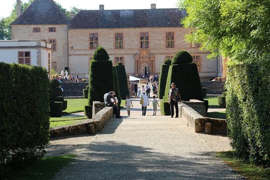 Cormatin, France: Longue allée centrale avant la découverte du château