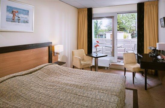 Badhotel Renesse: De kamers met zwembadzicht beschikken allen over een privé balkon/terras