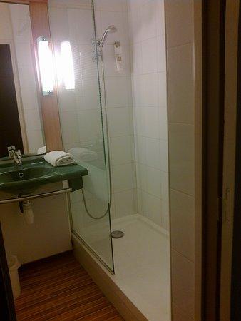 Saint-Rambert-d'Albon, Франция: behindertengerechte Dusche mit Seifenspender