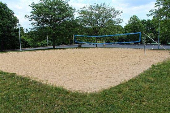 สโตนีบรูค, นิวยอร์ก: Exercise outside with our volleyball court and athletic fields