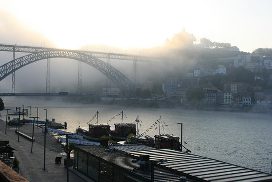 Guest House Douro: Early morning view from the room with sunrise mist