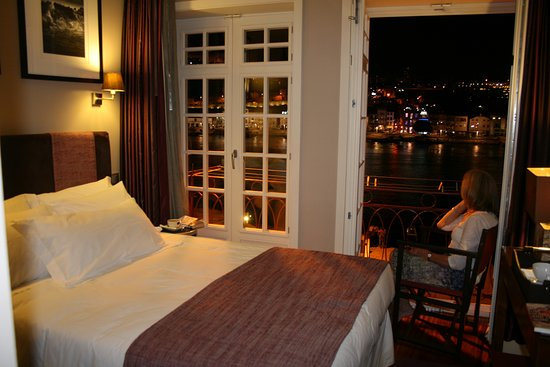Guest House Douro: Night time in Room 202