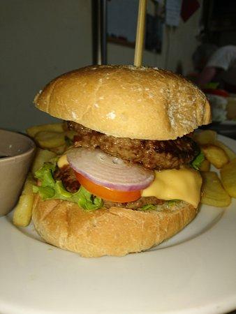 Bourg-Murat, Reunion: hamburger (poulet ou bœuf)servi avec frites