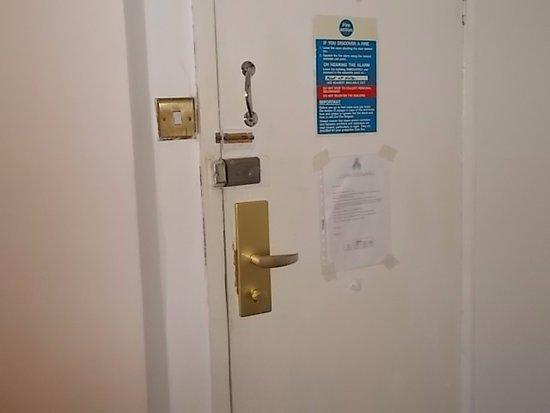 Whiteleaf Hotel: Vchodové dvere z izby.