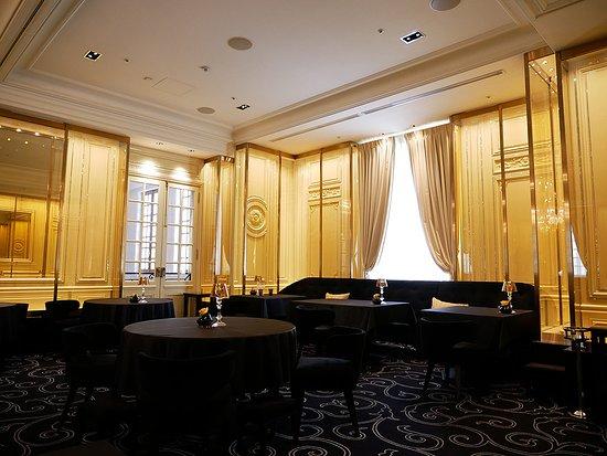 Le Chateau de Joel Robuchon: Restaurant interior.