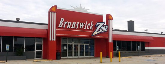 Niles, IL: Front & entrance to Brunswick Zone