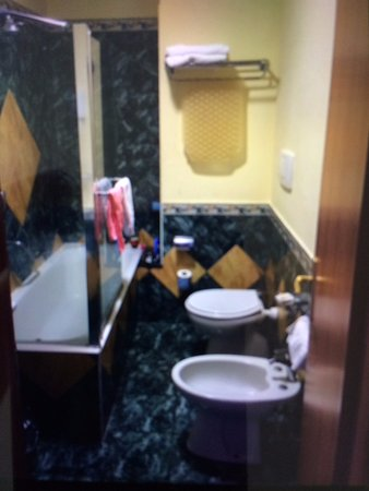 "Grand Hotel Parco Del Sole: Narrow & Tired Bathroom in a 'Thomson' so-called ""Superior Double"""