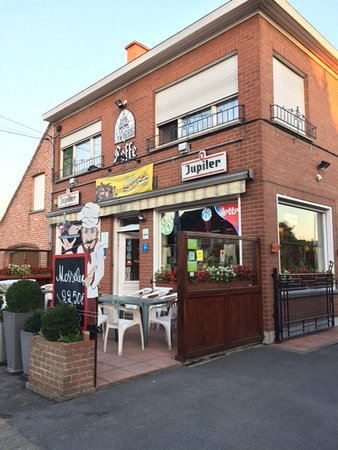 Rollegem, Belgique : Front portion of the inn which t night is also a pub. The rooms are way at the back, so it's qui