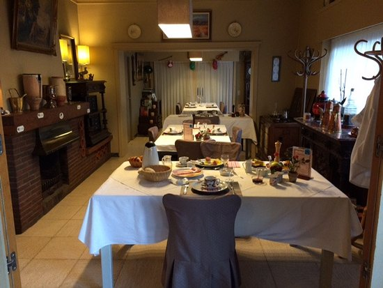 Rollegem, Bélgica: The dining room in the morning.