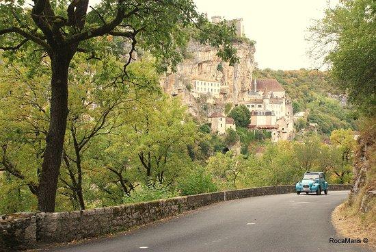 Rocamadour, France: Venez découvrir cette région aux mille richesses à bord de nos 2cv...