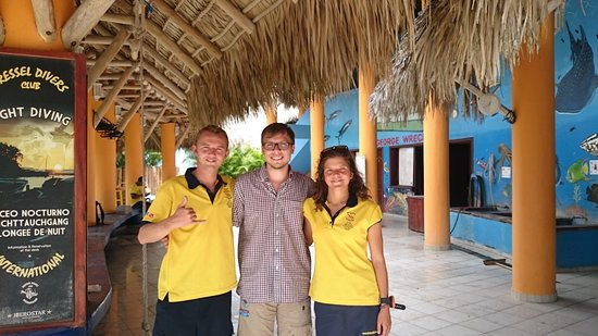 Bayahíbe, República Dominicana: I´m in the middle, left is my instructor Remy, and right is my fist divig teacher Margaux.