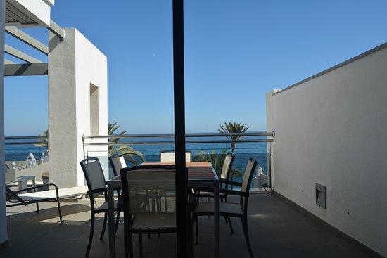 Hotel Fuerte Estepona: Ruim balkon suite 5109
