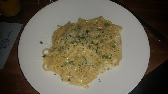 Earls Calgary Barlow Trail : Fettuccini Alfredo pasta (noodles borderline hard, not enough sauce and temperaturer not good)