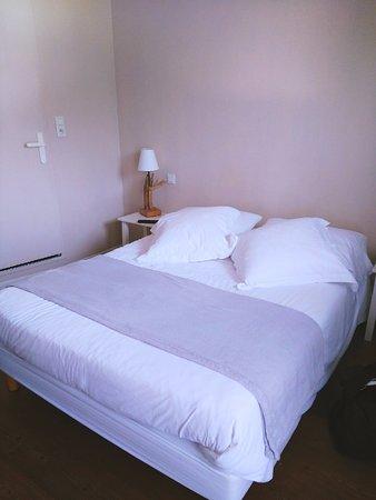 Le Pavillon Bleu : Chambre avec wifi, télé, salle de bain et un plaid tout doux