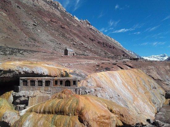 Puente del Inca, ubicado en la provincia de Mendoza (Argentina); en el circuito de Alta Montaña