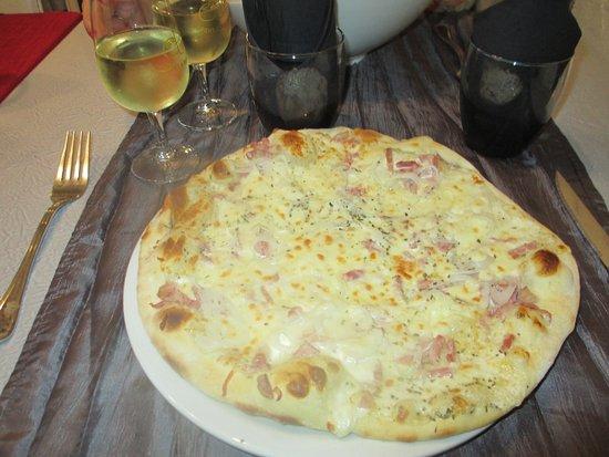 Joinville, France : Pizza à la crème oignons lardons.