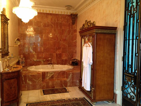 Thibodaux, LA: The Marble bathtub in the Governor's Suite