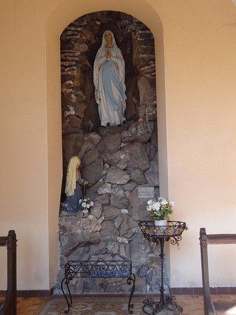 Gueberschwihr, فرنسا: Eglise Saint Pantaléon (grotte Notre Dame de Lourdes)