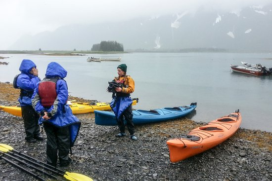 Parco nazionale di Kenai Fjords, AK: Guide giving kayak instruction to the guests.
