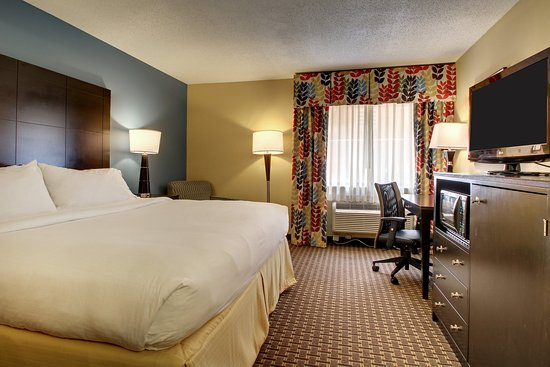 Oak Grove, KY: King Bed Guest Room