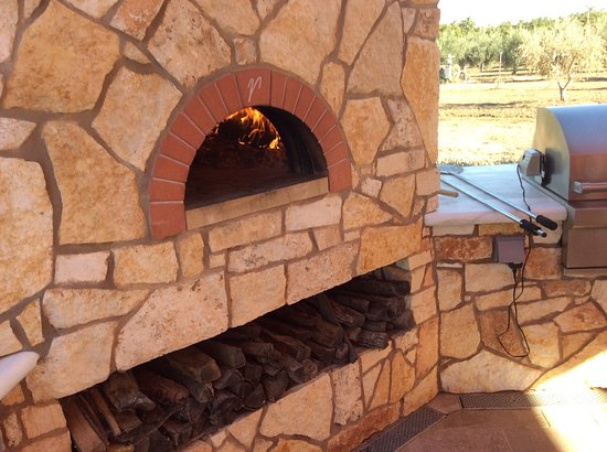 Winters, CA: Our amazing Pizza Oven on our outdoor tasting room