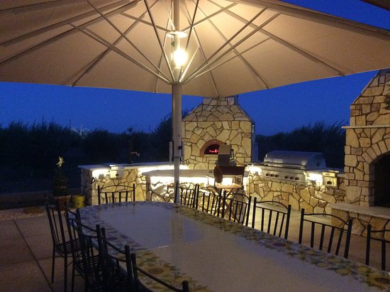 Winters, Califórnia: Our outdoor tasting room at night